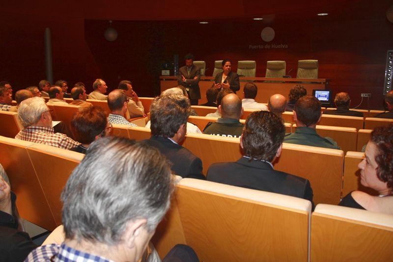 La presidenta de la Autoridad Portuaria de Huelva, Manuela de Paz, conversando con los participantes.