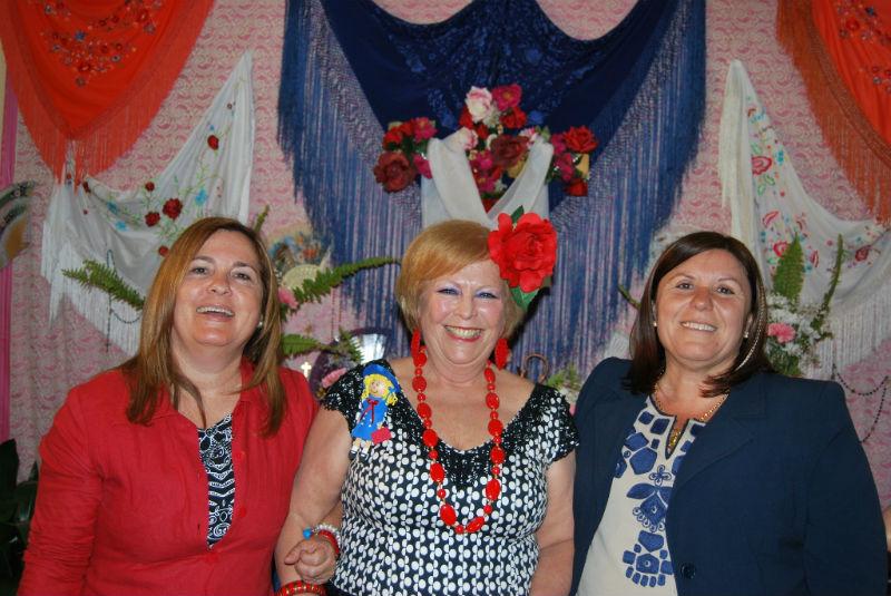 Las teniente de Alcalde Carmen Cárdenas e Isabel López con la presidenta de Las Matildas.