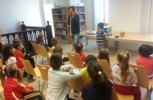 Los lectores más pequeños decoran la Biblioteca de Isla Cristina