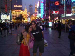 Mario y Lola, en Nanjing Lu, una calle comercial de Shanghai.