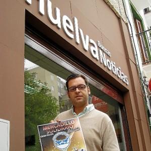 Daniel Robles sostiene el cartel anunciador del mercadillo solidario.