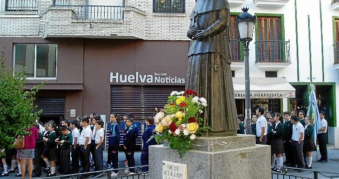 Alumnos del Colegio María Inmaculada protagonizaron un emotivo rezo del rosario por la Plaza Niña