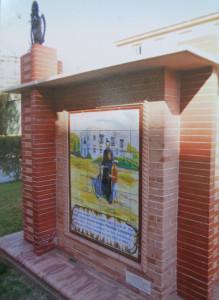 Monumento al padre Laraña en Huelva. Promotor: José Bacedoni Bravo. Constructor: Juan Carlos Maceras. (Arriba la Virgen de la Cinta en bronce).