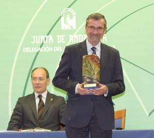 Terán, con el Premio Huelva Junta.