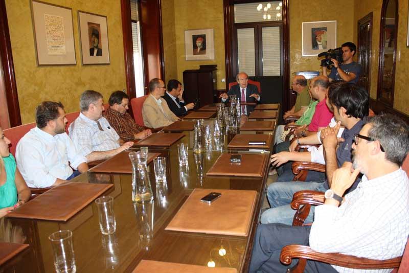 Imagen de la recepción a la nueva junta directiva del Mercado del Carmen de Huelva.