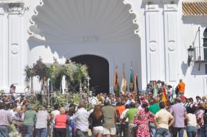 La Hermandad del Rocío de Trigueros, ante la Virgen. / Foto: http://2.bp.blogspot.com.