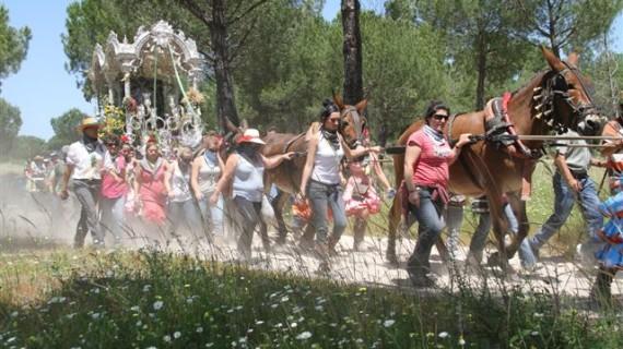La Hermandad del Rocío de Ayamonte recupera la tradición de hacer el paseo por la localidad el lunes de su salida