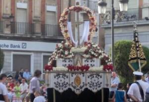 Imagen de la antigua procesión de las Cruces de Mayo por la Gran Vía de Huelva.