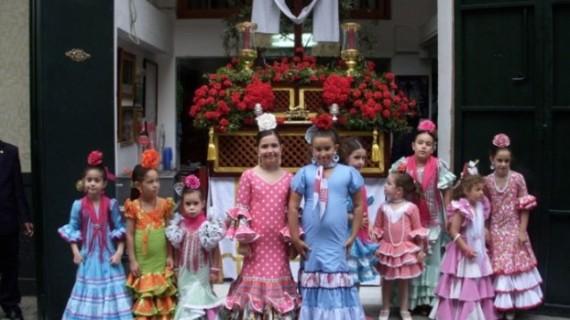 Vecinos y hermandades luchan por mantener viva la tradición de las Cruces de Mayo en Huelva capital