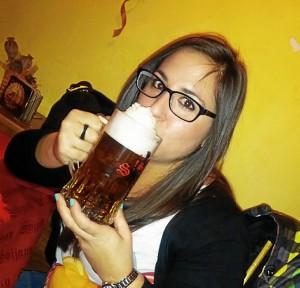 La joven, degustando una cerveza checa.