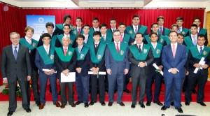 Los alumnos y el secretario de Estado para el Deportes lucen sus becas.