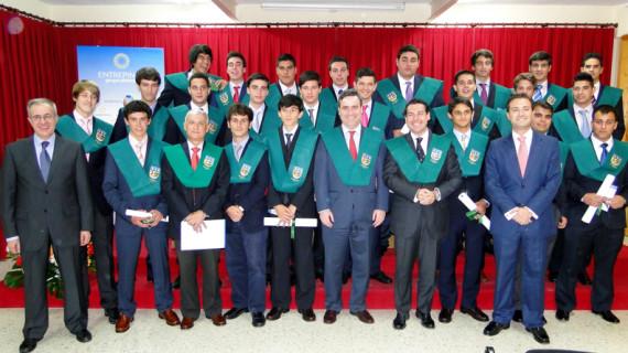 Los alumnos de Bachillerato del Colegio Entrepinos reciben sus becas en un solemne acto
