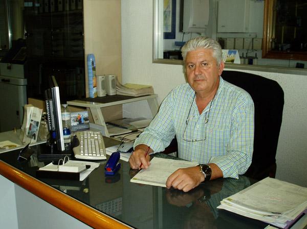 Fernando en su despacho del concesionario onubense.