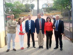 Foto de familia de los participantes en la primera tertulia 'Buenos días, Huelva', a la entrada del Barrio Obrero.