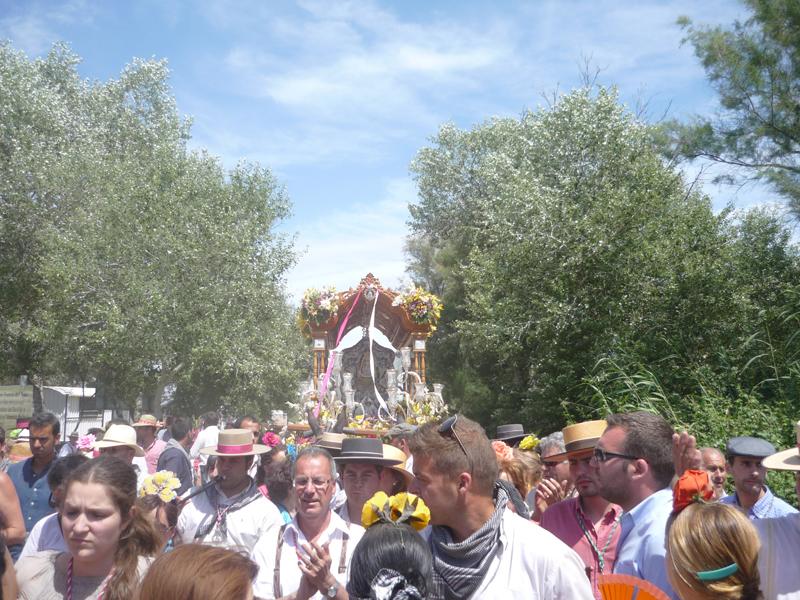 La Hermandad de Paterna caminando hacia la aldea.