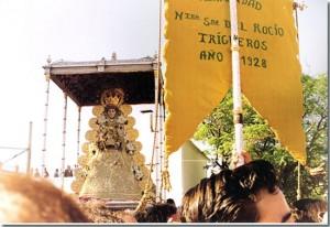 El Simpecado de Trigueros, ante la Virgen del Rocío. / Foto: anapi.com.