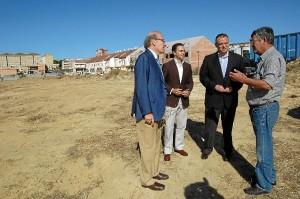 El alcalde de Huelva y dos concejales visitaron una de las zonas desinfectadas.