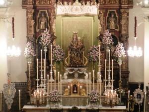 La Virgen en el altar de cultos, con el techo de su antiguo palio.