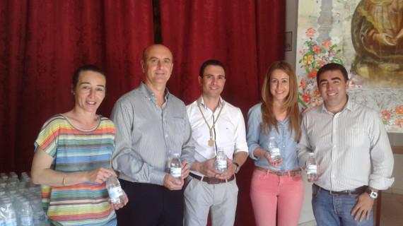 La Hermandad de la Bella recibe 1.000 botellas de agua