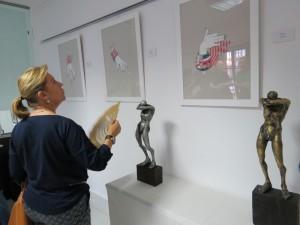 Una visitante admirando la exposición.