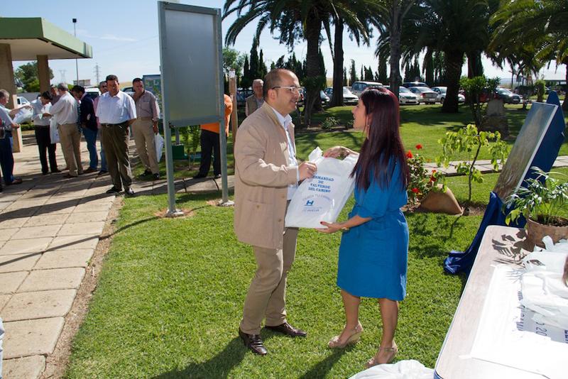 La diputada Esperanza Cortés entrego las bolsas a las hermandades.