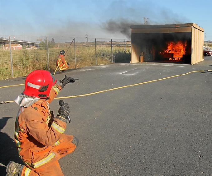 Momentos de la práctica de la simulación del incendio.
