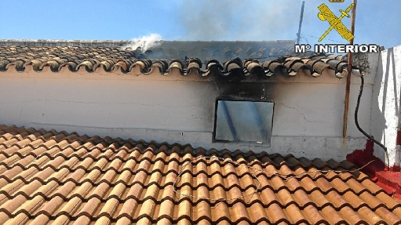 Dos ancianos son rescatados tras quedar atrapados en una casa en llamas de Villalba del Alcor