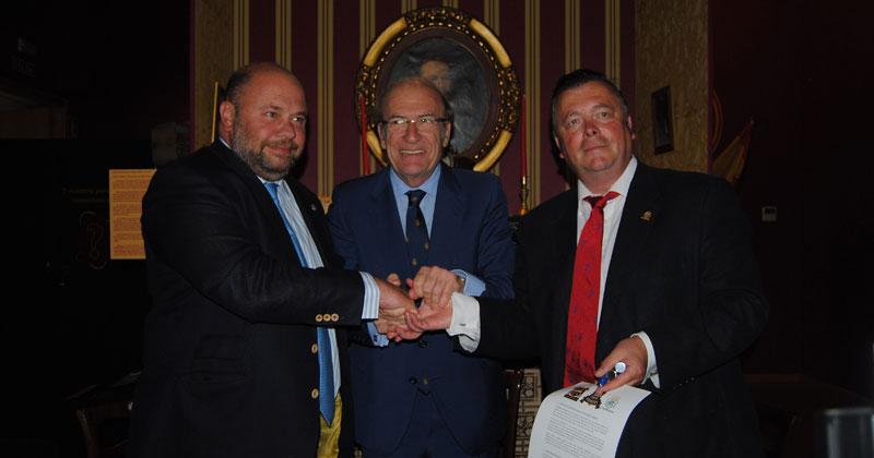 Pablo Comas, Pedro Rodríguez y Richard Tims, tras la firma de al acta de entrada del Decano en el Club.
