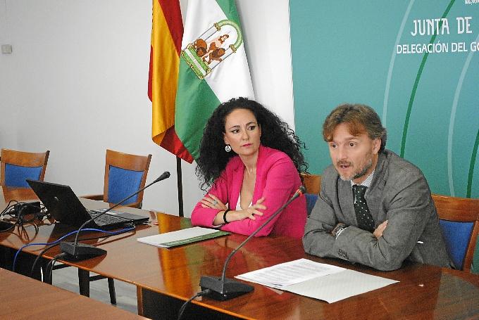 La delegada de Salud y el delegado del Gobierno durante la presentación de esta aplicación.