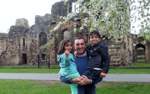 Con sus hijos en Leeds.