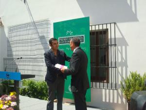 Mario Guillermo Contreras, recoge el premio de manos de Ignacio Caraballo.