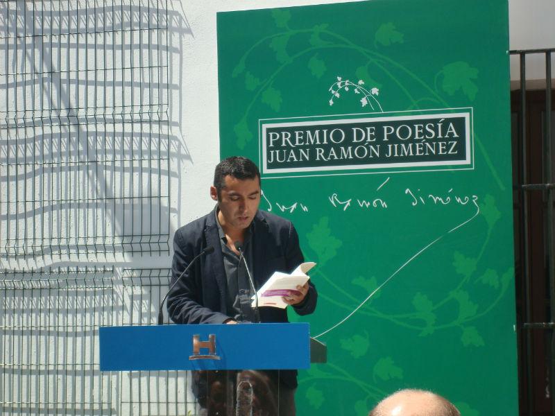 El autor finalizó con la lectura de dos poemas del poemario premiado.
