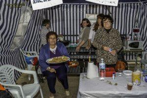 Stand de la Asociación de mujeres MUCAM, en el que vendieron dulces caseros y por la tarde buñuelos con chocolate. / Foto: José María Delgado.