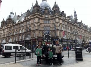 Miembros de la familia de Jesús de visita en el Leeds Market.