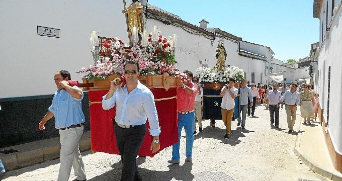 El pueblo serrano de Corteconcepción vive sus fiestas patronales y la procesión de San Juan Bautista