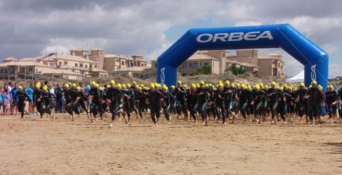 Un total de 400 deportistas toman parte este domingo en el XIX Triatlón Playas de Punta Umbría