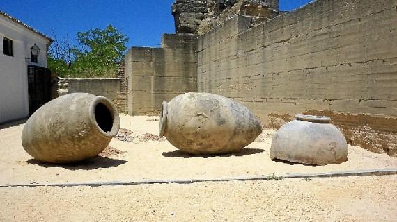 Halladas seis tinajas con unos dos siglos de antigüedad en el subsuelo de Moguer