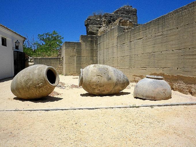 Las tinajas han sido donadas a la ciudad de Moguer y ya se encuentran instaladas en el Castillo de la localidad.