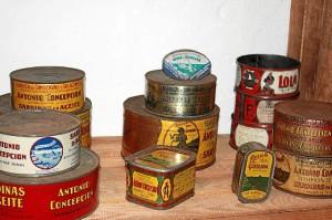 Algunas latas de conservas que pueden verse en la muestra.