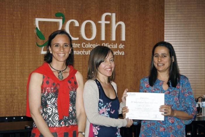 De izquierda a derecha, la directora del CIM del Colegio de Farmacéuticos de Huelva; la primera clasificada del Credicofh; y lavocal de Oficina de Farmacia del Colegio.