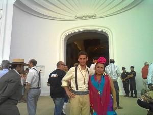Madre e hijo, ante el Santuario de la Virgen del Rocío.