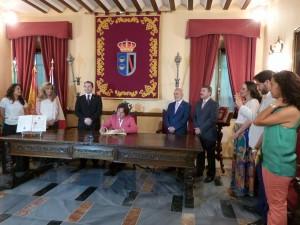 Pepe 'El Marismeño' firmando el Libro de Honor.
