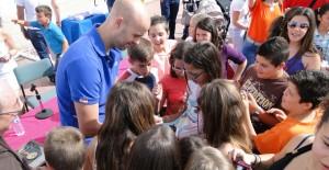 José Manuel Sierra firmando autógrafos en el colegio Pedro Alonso Niño.