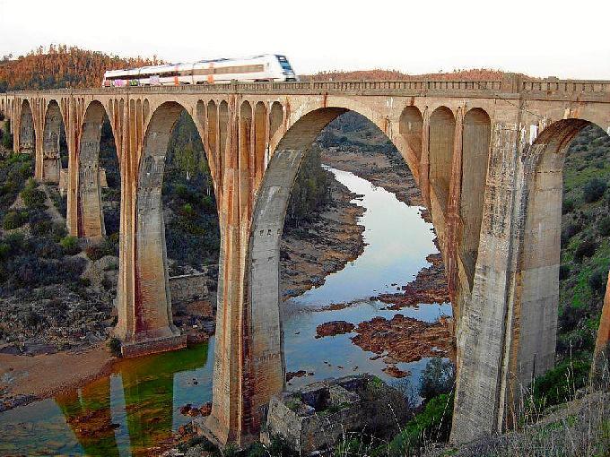 Puente de La Alcolea, sobre el río Odiel. Fotografía tomada en enero de 2012 por Pierre Marie Mouronv.