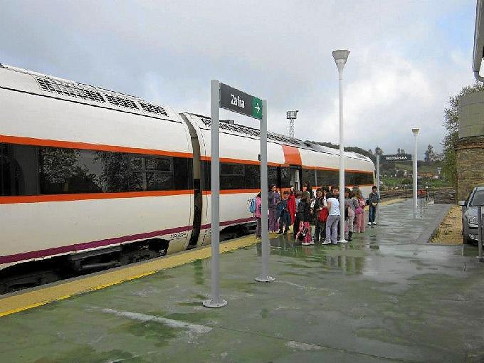 En esta foto de 2011, los pasajeros se suben al tren en la estación de Valdelamusa. / Foto: Facebook