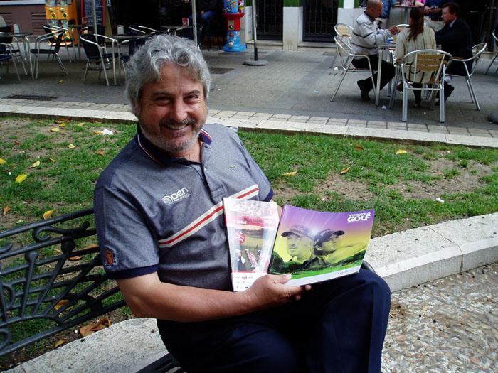El periodista Jesús Ruiz sostiene dos revistas de golf elaboradas por él.