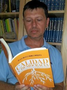 El doctor en Derecho Juan Jesús Mora con un ejemplar de su nuevo libro.