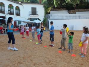 Jóvenes de la localidad participando en los juegos tradicionales
