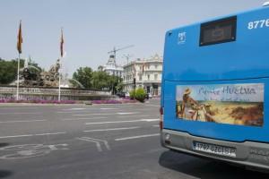 Un autobús con la imagen de la campaña en Cibeles.