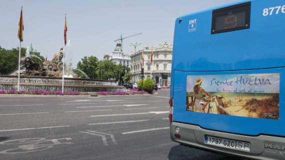 Autobuses madrileños difunden la imagen de Huelva bajo el eslogan 'Siente Huelva. La luz, el sol, el sur'